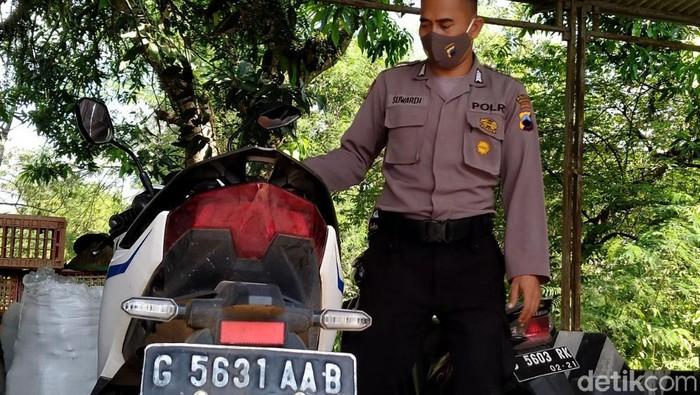 Sebuah motor ditemukan terparkir di kawasan Pekalongan. Ditemukan sejak Senin lalu, hingga kini orang yang membawa motor itu belum diketahui keberadaannya.