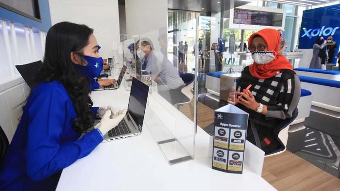 Penerapan New Normal di Layanan Pelanggan XL Axiata: Presiden Direktur & CEO XL Axiata Dian Siswarini (kanan) saat meninjau salah satu pusat layanan pelanggan XL Center di Jakarta Selata, Rabu (17/6). Memasuki masa new normal XL Axiata menerapkan tatacara baru di pusat layanan mulai dari penggunaan hand sanitizer, kewajiban penggunaan masker dan SMS untuk mendapatkan nomor antrian. Hal tersebut untuk mengurangi interaksi  langsung antara pelanggan dan petugas.