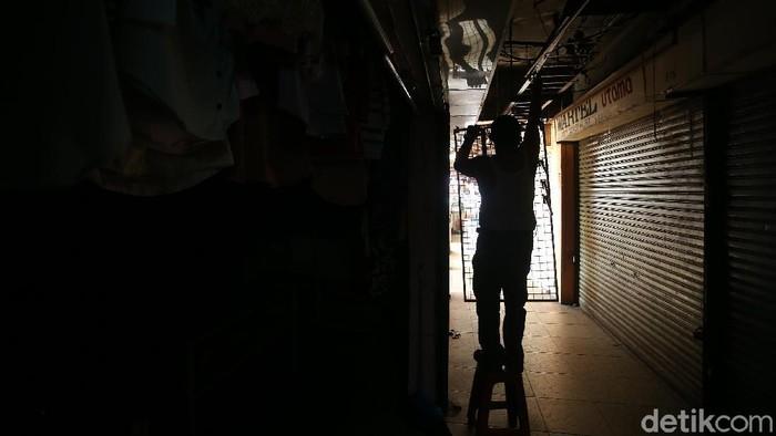 Telah lama sepi pengunjung dan banyak tutupnya gerai toko akibat wabah pandemi Covid-19, membuat kawasan pertokoan di Bantargebang, Kota Bekasi, Rabu (17/06/2020), terlihat seperti rumah hantu.