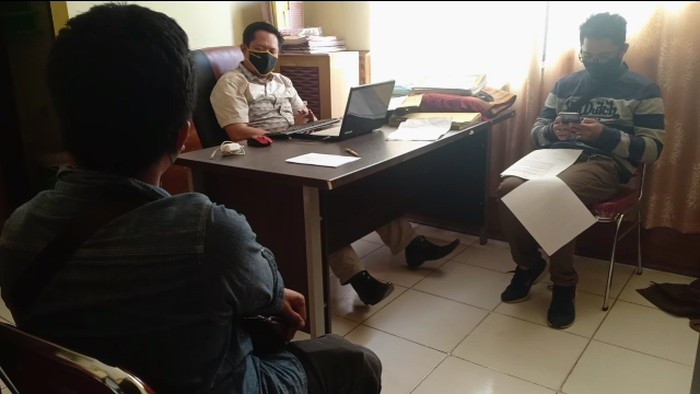 Petugas KKP Parepare saat meminta keterangan calon penumpang kapal yang membawa suket rapid test palsu. (Foto: Hasrul/detikcom)