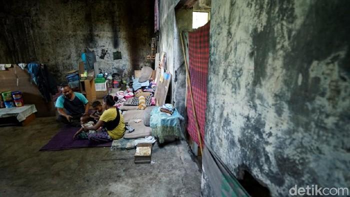 Sebuah keluarga menempati bekas gudang es yang angker di kawasan Solo. Keluarga itu pun menggunakan aki sebagai sumber listrik untuk penerangan.