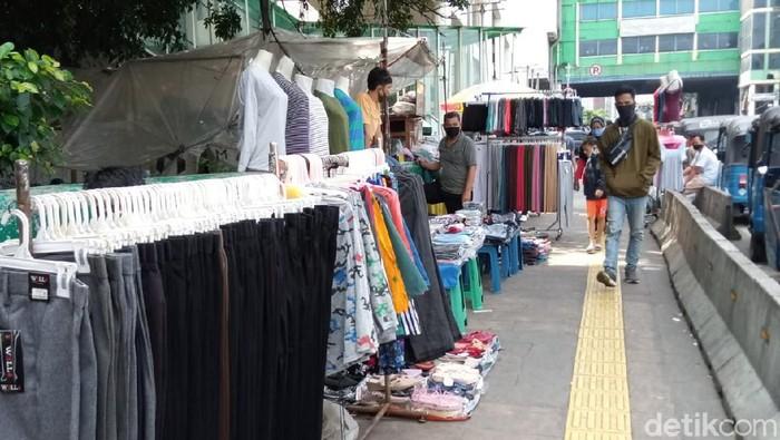 Suasana trotoar kawasan Pasar Tanah Abang