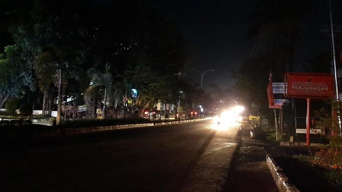 Sudah lebih dari 6 jam listrik di Palembang padam. Kondisi ini menyebabkan jalan protokol gelap gulita (Raja Adil/detikcom)