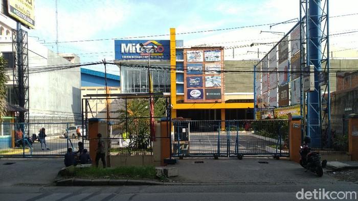 Supermarket bahan bangunan Mitra10 Bogor ditutup setelah ada 3 karyawan dinyatakan positif Corona (Sachril Agustin/detikcom)