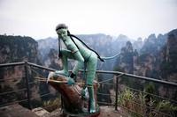 Pemandangan tersebut memberi sensasi bukit-bukit yang melayang, persis di film Avatar yang diputar tahun 2010 lalu. Tahun 1982 adalah saat kawasan ini menjadi Taman Nasional pertama di China. Istimewa/Getty Images