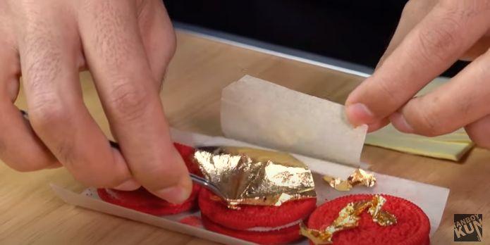 Tanboy Kun makan oreo supreme berlapis emas 24 karat