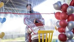 Panti jompo yang ada di Brasil memiliki solusi untuk para pengunjung yang merindukan anggota keluarganya yaitu dengan membuat tirai plastik untuk berpelukan.