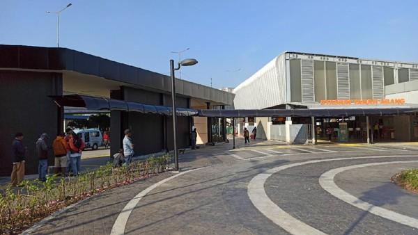 Dengan penataan stasiun, kini tersedia akses bagi pejalan kaki yang nyaman untuk menuju ke stasiun, seperti plaza dan jalur pedestrian yang lebar. (dok. PT KAI)