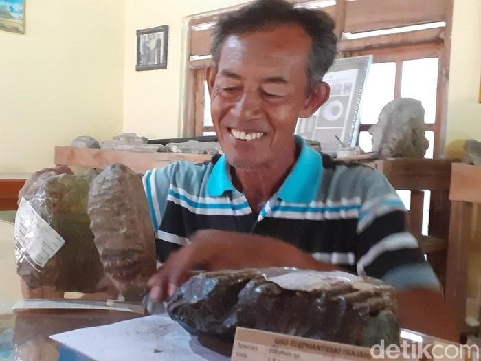 Seorang warga Dukuh Ngadirojo, Desa Sambungmacan, Sragen, Sudarsono (62) mengoleksi ribuan fosil di rumahnya. Di antara koleksi fosil tersebut ada yang ditawar kolektor hingga puluhan juta rupiah. Namun Sudarsono bergeming dan memilih menyimpannya sendiri dengan alasan menjaga kelestarian.