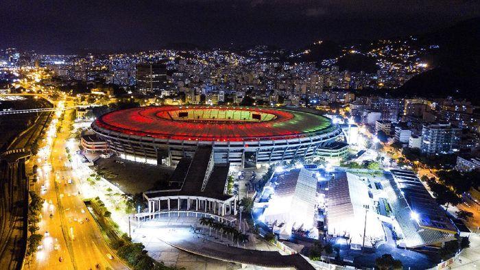 Stadion Maracana merayakan hari jadi yang ke-70 di tengah pandemi Corona. Sorot cahaya lampu warna-warni yang membuat kandang dari Flamengo ini menjadi sangat indah.