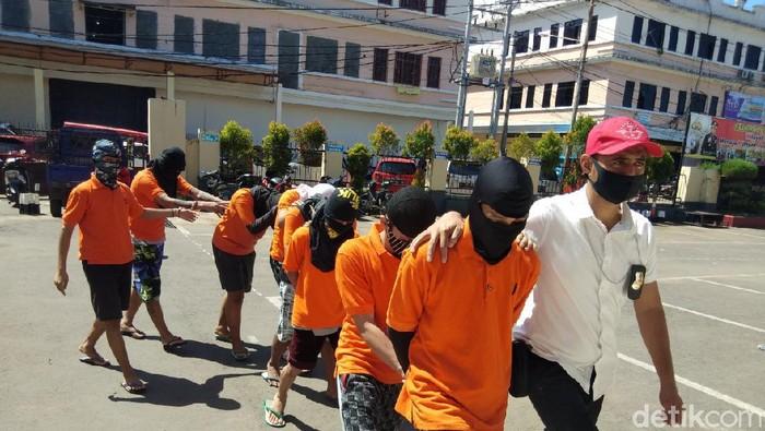 8 anggota genk motor ditangkap karena mengeroyok penjaga toko hingga tewas di Gowa.