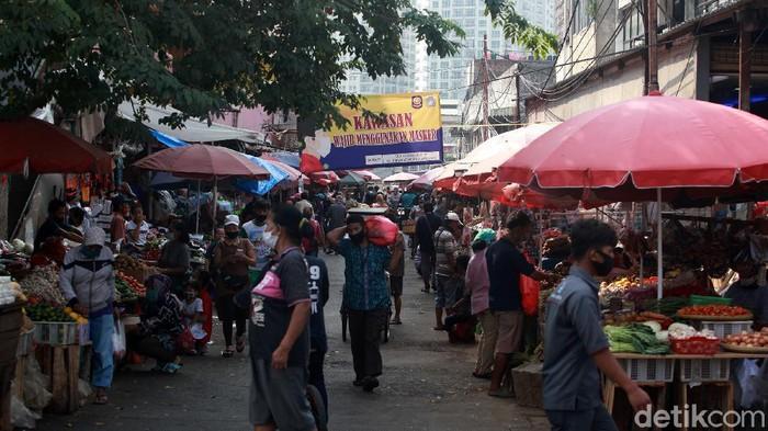 Pasar Kebayoran Lama, Jakarta Selatan, ditutup tiga hari setelah 14 pedagang dinyatakan positif COVID-19. Tapi kok masih ada yang jualan?