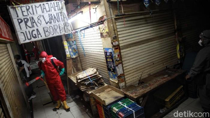 Penyemprotan disinfektan dilakukan di Pasar Kebayoran Lama, Jakarta Selatan, Kamis (18/6/2020). Penyemprotan dilakukan imbas adanya 14 pedagang yang positif Corona.
