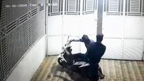 Video Dua Maling Susah Payah Curi Motor di Jambi Terekam CCTV