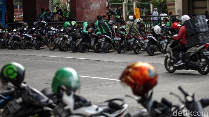 Jalan di area Mal Mangga Dua kembali ramai oleh motor driver ojol yang parkir di sana. Selain di pinggir jalan, tak sedikit ojol yang parkir di sisi kanan jalan