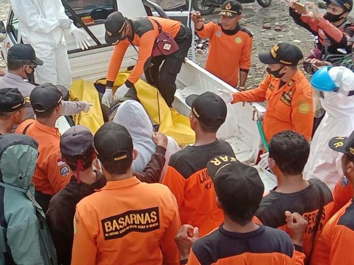 Evakuasi jenazah korban pemancing yang sempat hilang di Pantai Pasir, Kebumen, Kamis (18/6/2020).