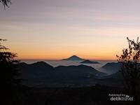 Dari Gunung Prau kita bisa melihat beberapa gunung antara lain Sindoro, Sumbing, Kembang, Merapi dan Merbabu. (Bima Kramawijaya/dtraveler)