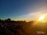 Tips nih, jika ingin melihat sunset lebih baik mulai pendakian siang hari. Sehingga bisa menikmati pendakian dan tidak terlalu capek nantinya. (Bima Kramawijaya/dtraveler)