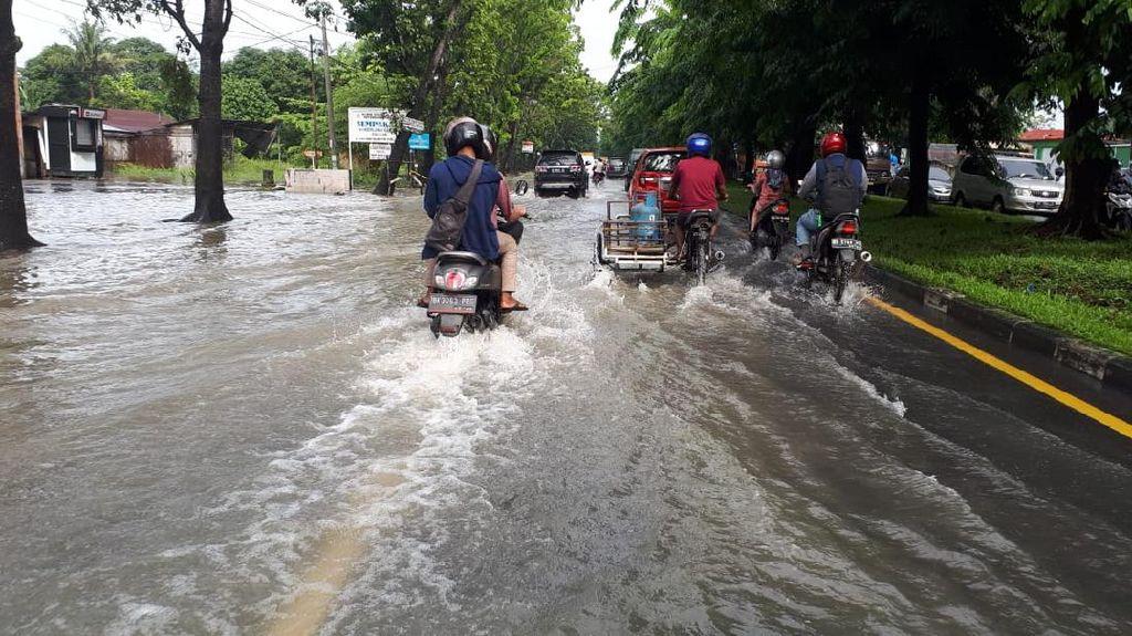 Jalan Ngumban Surbakti Medan Tergenang Air, Lalin Macet