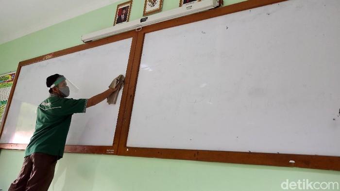 Pemkot Bekasi berencana membuka sekolah pada awal tahun ajaran baru 2020/2021 nanti. Sekolah-sekolah di Kota Bekasi pun mulai menyiapkan protokol kesehatan.
