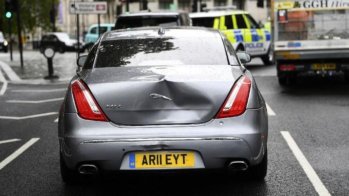 Mobil PM Inggris Boris Johnson Tabrakan Beruntun Begini kondisi mobil yang ditumpangi Boris Johnson.