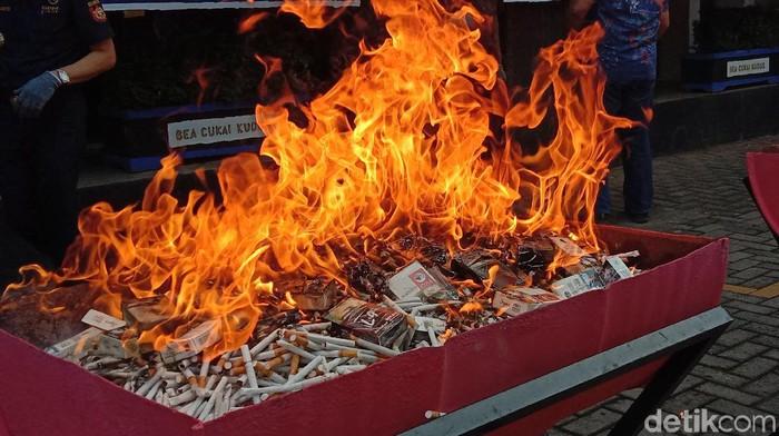 Pemusnahkan 19 ton rokok ilegal di Kudus, Kamis (18/6/2020)