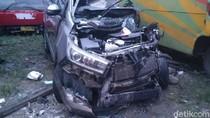 Penampakan Mobil Ringsek yang Seruduk Truk di Tol Pemalang