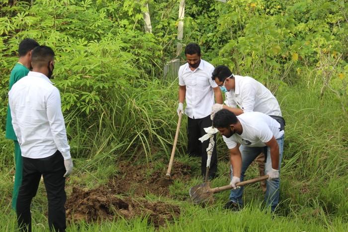 Personel kepolisian di Aceh bantu proses pemakaman pasien Corona (dok. Istimewa)