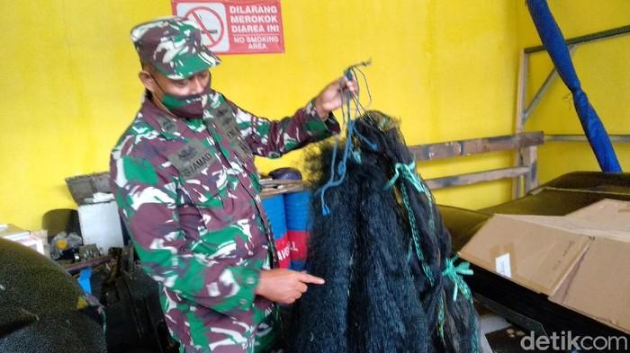 Petugas TNI AL menunjukan jaring yang digunakan nelayan untuk menangkap baby lobster tanpa izin di Pangandaran.
