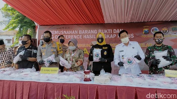 Polrestabes Surabaya memusnahkan barang bukti narkoba senilai Rp 145 miliar. Barang bukti tersebut merupakan hasil ungkap Satresnarkoba mulai Desember 2019 hingga Mei 2020.