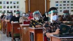 SMA Islam PB Soedirman, Kota Bekasi telah menerapkan protokol kesehatan. Dalam raker membahas tahun ajaran baru, para guru kompak memakai face shield.
