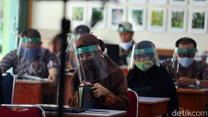 Begini penerapan New Normal di SMA SMA Islam PB Soedirman Kota bekasi, Jawa Barat, Kamis (18/06/2020). Para guru memakai pelindung wajah (Face Shield) saat mengikuti rapat kerja (Raker) persiapan Tahun Ajaran Baru 2020/2021.