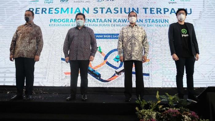 Menteri BUMN Erick Thohir, Menteri Perhubungan Budi Karya Sumadi hingga Gubernur DKI Jakarta Anies Baswedan meresmikan stasiun terpadu Tanah Abang, Senin (17/6).
