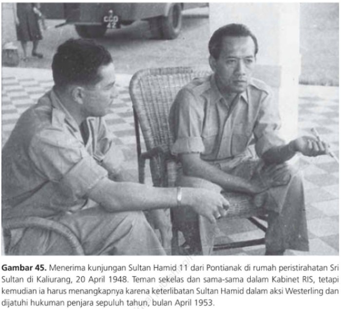 Sultan Hamid II dan Sri Sultan HB IX, saat masih duduk bersama pada 1948. (Dalam buku: Takhta untuk Rakyat/Mohammad Roem dkk)