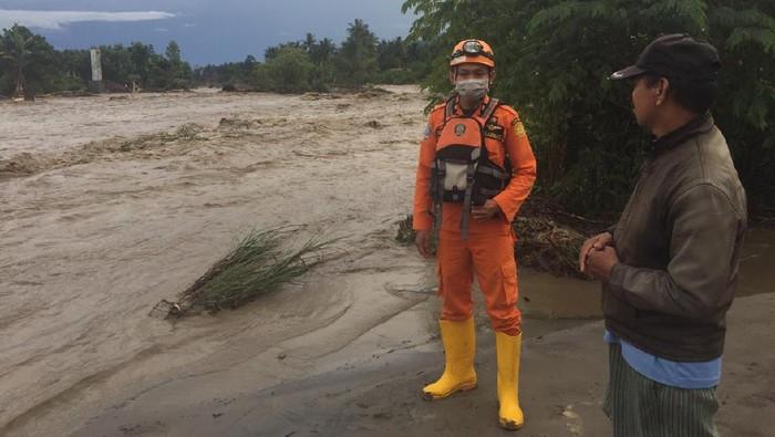 Tim SAR membangun posko di lokasi banjir yang merendam 2 desa di Sigi Sulteng untuk mengantisipasi banjir susulan (dok. Istimewa).