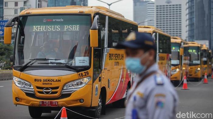 Pemprov DKI Jakarta menerjunkan 50 unit bus sekolah gratis untuk mengangkut penumpang KRL yang menumpuk demi mengurangi penyebaran virus Corona.
