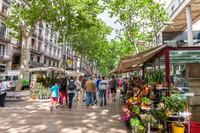 Pedestrian La Rambla di Barcelona membentang sekitar 1,6 kilometer dari Placa Catalunya. Pedestrian ini tentunya bebas mobil dan dipenuhi berbagai kegiatan masyarakat lokal. Di sana banyak musisi jalanan, kafe, dan pasar La Boqueria yang biasanya ramai dikunjungi pada pagi hari. (Foto: iStock)