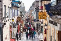 Di Kanada, ada sebuah jalan yang bernuansa Eropa. Namanya Rue du Petit-Champlain yang bergaya Prancis. Pedestrian ini juga dipenuhi mural yang dilukis di sisi rumah 102 Rue du Petit-Champlain. Mural ini penuh warna yang menggambarkan sejarah lingkungan, termasuk pemboman tahun 1759, tanah longsor 1889, dan kebakaran hutan 1682. (Foto: iStock)