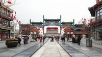 Berjarak sekitar 800 meter dari Archery Tower Qianmen, Qianmen Street merupakan yang paling terkenal di Beijing. Pedestrian ini sempat direnovasi menjelang pelaksanaan Olimpiade Beijing 2008. Dulunya di sekitaran pedestrian terdapat bengkel, gudang, dan teater. Setelah renovasi, jalanan ini lebih populer dengan kehidupan malamnya. (Foto: iStock)