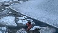 Brr... Pria Ini Kuat Banget, Hobinya Berenang di Lautan Es