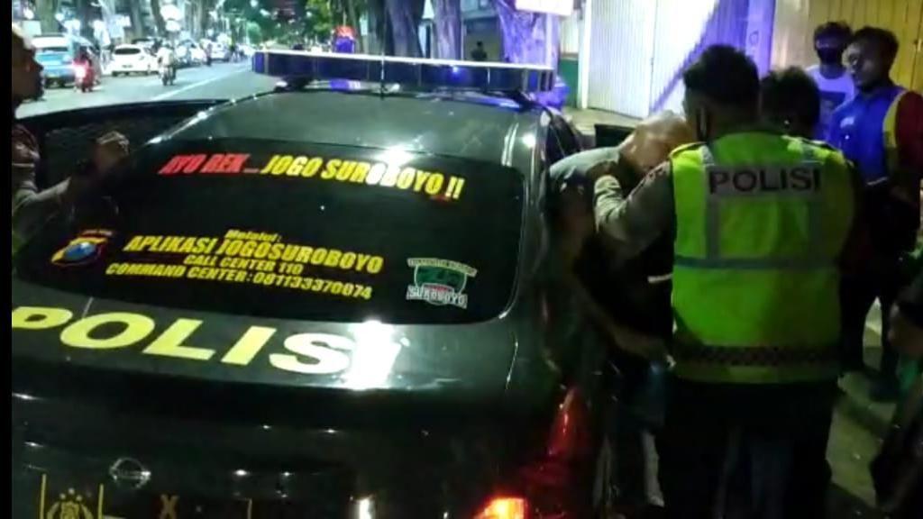 Bule Belgia Diamankan Warga Setelah Ngutil di Sebuah Minimarket Surabaya