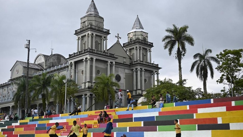 Boys play football by the San Francisco de Asis Cathedral in Quibdo, Choco department, Colombia, on November 13, 2019. (Photo by Raul ARBOLEDA / AFP)