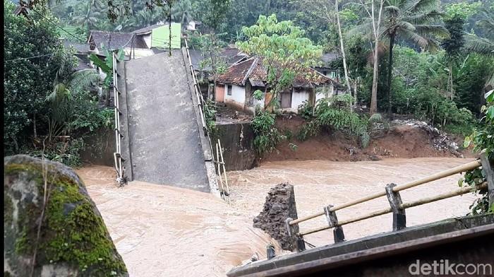 Jembatan di Tasikmalaya putus diterjang banjir bandang