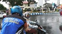 Jukir di Bengkulu Gratiskan Parkir Warga Pakai Masker-Sarung Tangan