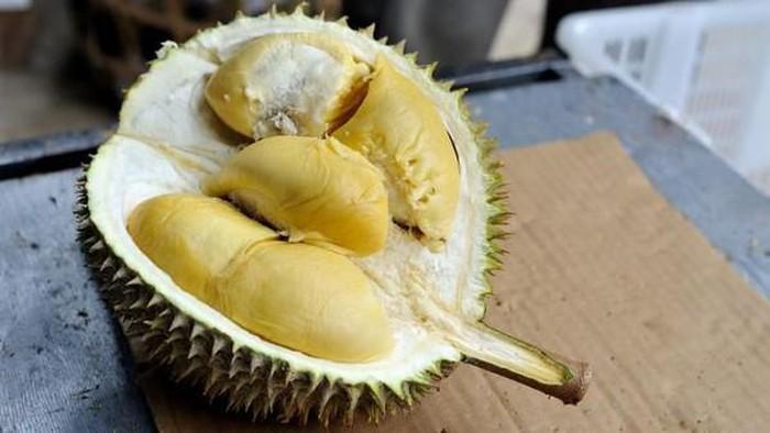 Lelang Durian Online di Tengah Kuburan