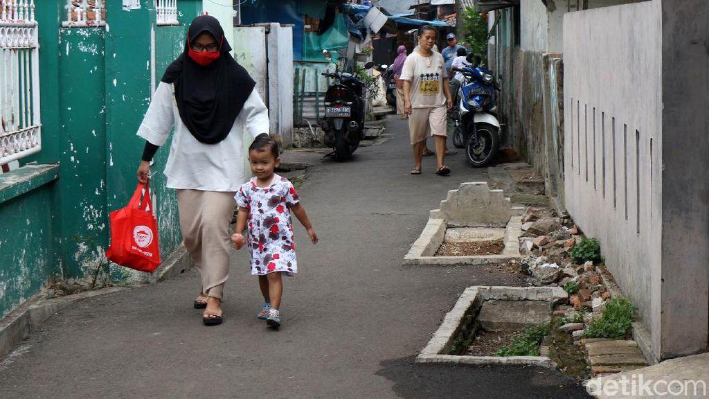 Tentang 3 Makam di Jalanan Gang Jakarta Timur