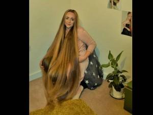 Wanita Ini Punya Rambut yang Panjangnya Melebihi Tinggi Badannya