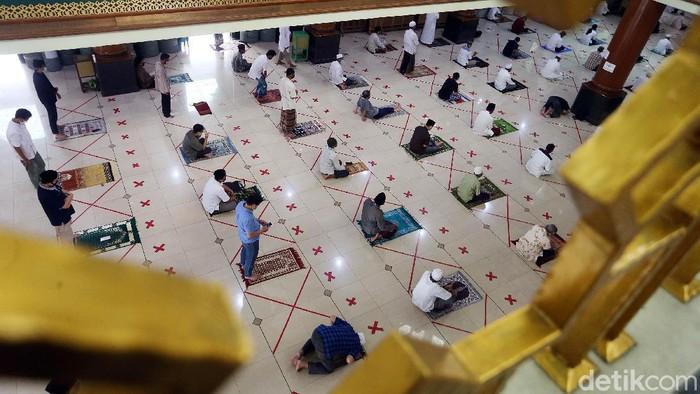DMI mengeluarkan surat edaran mengenai pelaksanaan salat Jumat dua gelombang. Namun Masjid Agung Al Barkah, Kota Bekasi, tetap melaksanakn salat satu gelombang.