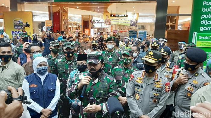 Panglima TNI Marsekal Hadi Tjahjanto dan Kapolri Jenderal Idham Azis datang ke Kota Malang. Mereka mengecek protokol kesehatan yang diterapkan Transmart MX Mall.