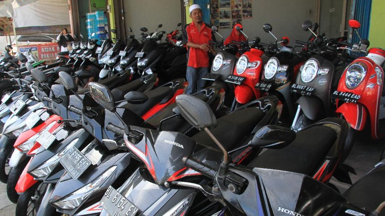Pedagang melayani calon pembeli sepeda motor bekas di Meulaboh, Aceh Barat, Aceh, Rabu (17/6/2020). Pedagang mengaku, sejak tiga bulan terakhir omzet penjualan sepeda motor bekas menurun 10 sampai 15 persen terdampak pandemi COVID-19. ANTARA FOTO/Syifa Yulinnas/aww.